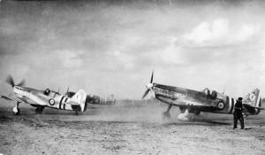 """Patrouille de l'escadrille Doret au roulage avec l'inscription """"FFI"""" sur le fuselage de l'avion de tête (MA37513)"""