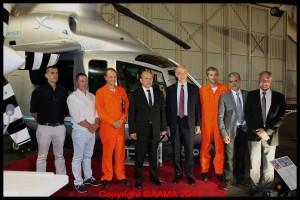 le ministre avec plusieurs membres qui ont participer à l'aventure du X3.