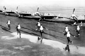 Scramble ! Les pilotes du squadron 340 se précipitent vers leurs Spitfire Mk V (SHD Air)