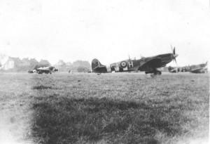 Spitfire Mk IX du Squadron 329 Cigognes sur le terrain de Wevelgem en Belgique, fin 1944 (SHD Air)