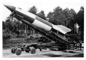 Une fusée V2 sur son chariot érecteur (MAE)