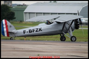 Le Morane 317 se dirige vers la piste.