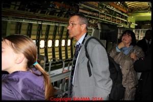 Un de nos guides dans la partie démontée du Boeing 747.