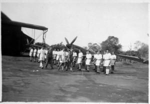 Le général Leclerc remet la médaille militaire au GC II/7 sur la base de Tan Son Nhut (SHD Air)