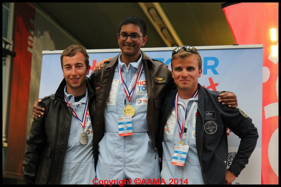 Les trois vainqueurs de la compétition avec leurs nouveaux blousons reçus en cadeau.