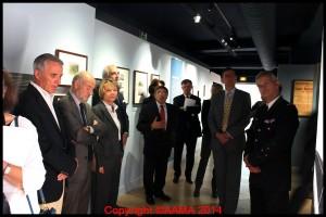 Les invités entrant dans l'exposition avec les commentaires de Gilles Aubagnac.