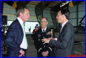 David Dewhurst en discussion avec le colonel Brendan McAloon de l'ambassade américaine et l'architecte Nicolas Kelemen