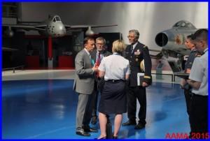 Jacques en uniforme avec le général Vitry et Christian Tilatti montre le hall de la Cocarde au SIRPA Air
