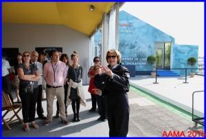 En tenue de vol et entourée de son personnel et de membres de l'AAMA, Catherine Maunoury se réjouit de cette semaine