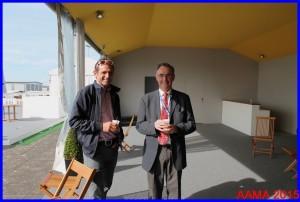 le pilote de voltige Nicolas Ivanoff, qui a entraîné Catherine Maunoury pour le salon, en discussion avec notre Secrétaire Général Alain Rolland, ancien pilote de 747