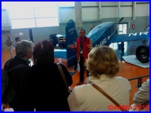 Notre guide Jacques en visite pour la révolution des transports aériens, derrière le Caudron Simoun