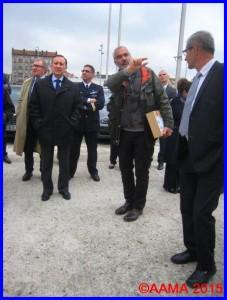 Le Conseil d'Administration du Musée de l'Air, auquel a participé notre Président, en visite de la façade de l'aérogare Labro. L'architecte est au centre avec le dossier sous le bras et le Directeur adjoint à sa gauche