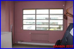 L'intérieur du bureau du secrétariat. La fenêtre est identique que celles de la façade de l'aérogare.