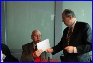 Jean-Paul Reynaud reçoit la carte de voeux signée par tous les guides