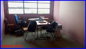 Le bureau dédié aux réunions est presque vide