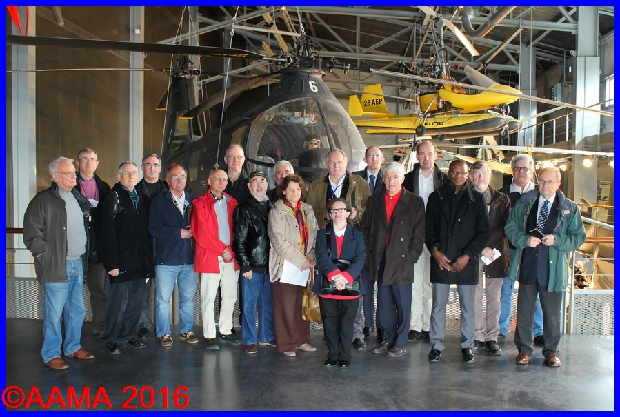 Le groupe de l'AAMA avec Philippe Boulay devant le Piasecki HUP2