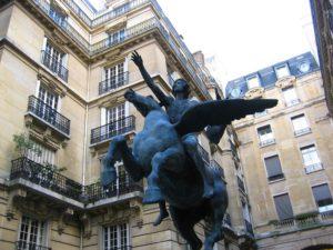 Cette étonnante sculpture, square de l'Opéra-Louis Jouvet, est l'œuvre d'Alexandre Falguière (1831-1900). Elle représente un poète chevauchant Pégase