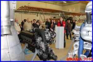 Notre guide Alain montre les différents moteurs exposés