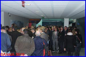 La foule attend pour visiter l'exposition