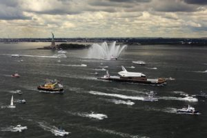 Enterprise, OV-101, Statue de la Liberté, barge, New York Harbor