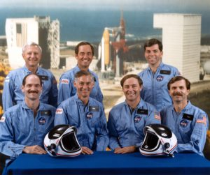 Première équipage, Vandenberg, Guy Gardner (pilote), Mike Mullane, Jerry Ross, Dale Gardner (spécialistes de mission). Pete Aldridge (Secrétaire à l'Air Force), Robert Crippen (commandant), Brett Watterson (spécialiste de charge utile), OV-103